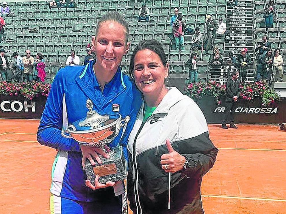 Junto a una triunfante Pliskova. El pasado sábado Karolina Pliskova, tenista entrenada por Conchita, se alzó con el Masters 1.000 de Roma. Ambas se inmortalizaron en la pista del Foro Itálico con el trofeo.