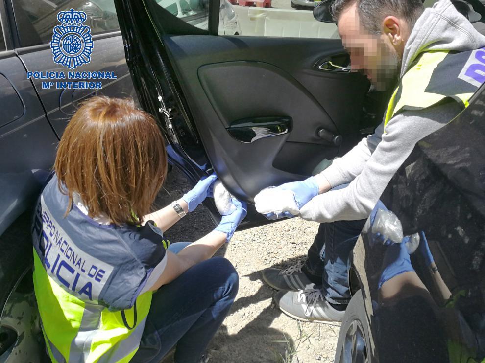 Los detenidos ocultaban la cocaína en las puertas de sus coches.