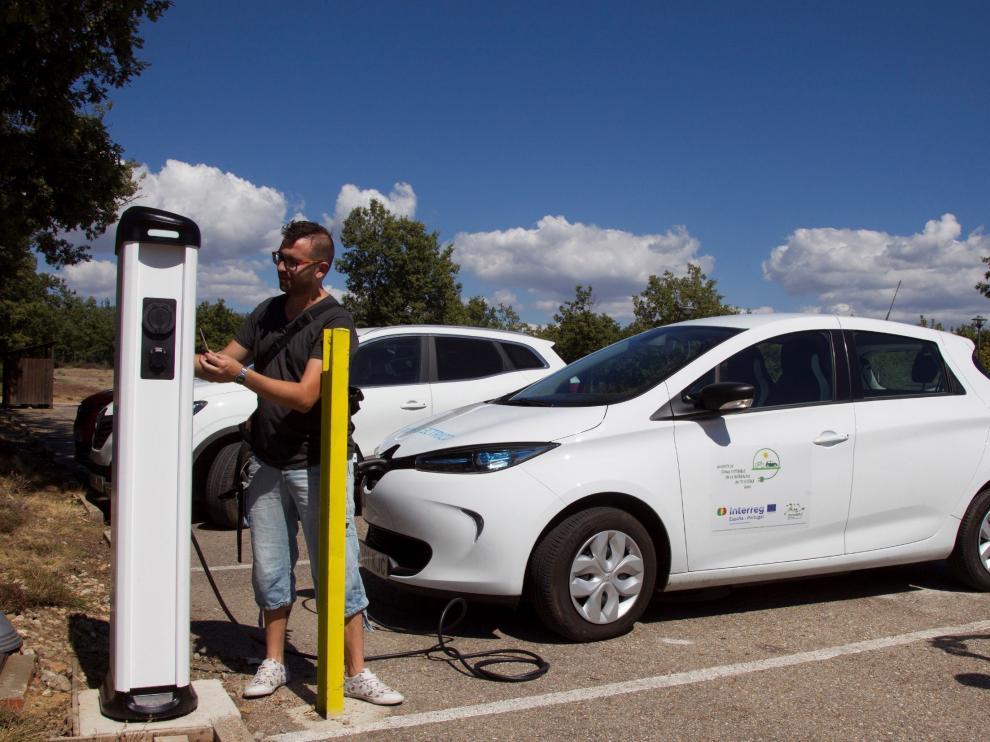 Un conductor recargando su vehículo eléctrico en Zamora