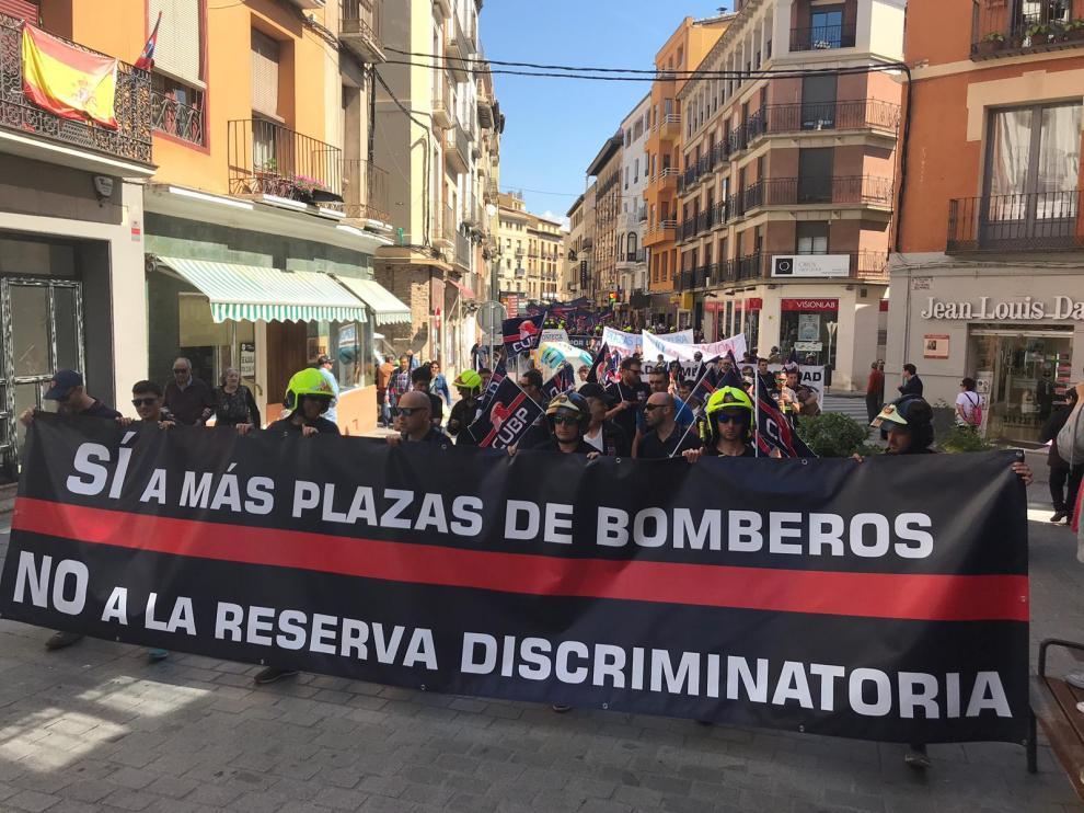 Protesta de bomberos por las calles de Huesca