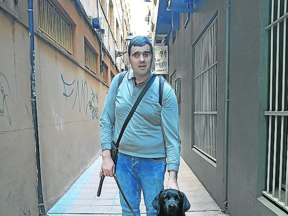 Usier, un perro labrador de apenas dos años, es la luz que ilumina el caminar de Sergio Brau, su guía por las calles de Zaragoza