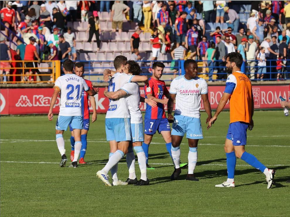 Imagen del final del último partido jugado fuera de casa por el Real Zaragoza, su victoria por 0-3 en Almendralejo ante el Extremadura. Este viernes espera repetir momentos de alegría como el de la fotografía.