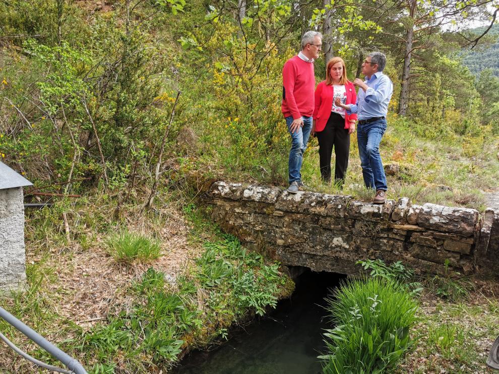 Juan Manuel Ramón, Olvido Moratinos y Hugo Morán en su visita al canal de abastecimiento de agua a Jaca.