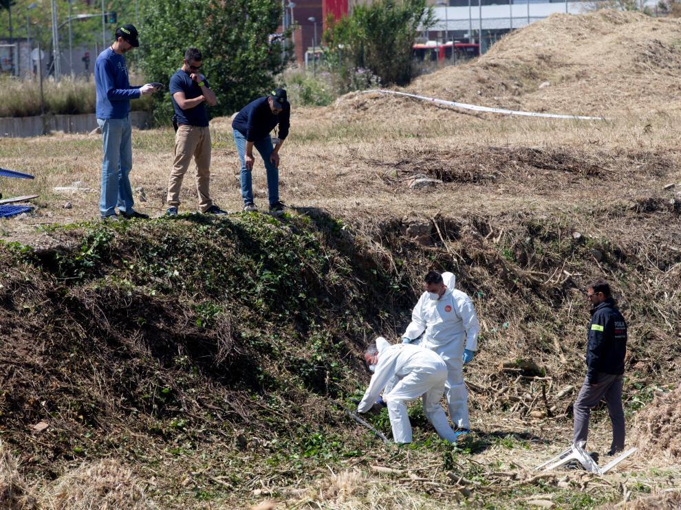 Miembros de la policía científica de los Mossos trabajando en la búsqueda de pruebas.