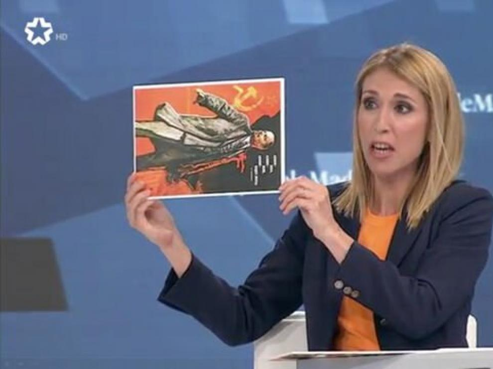 Saavedra mostrando la imagen de Lenin