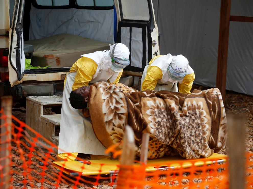 Trabajadores sanitarios transportan a una mujer afectada por el virus del Ébola a un centro sanitario en la República Democrática del Congo.