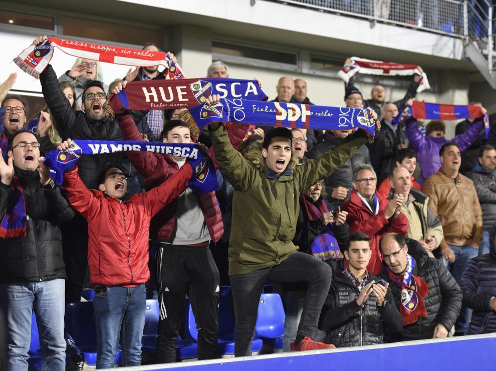 Varios aficionados del Huesca, durante un encuentro en El Alcoraz.