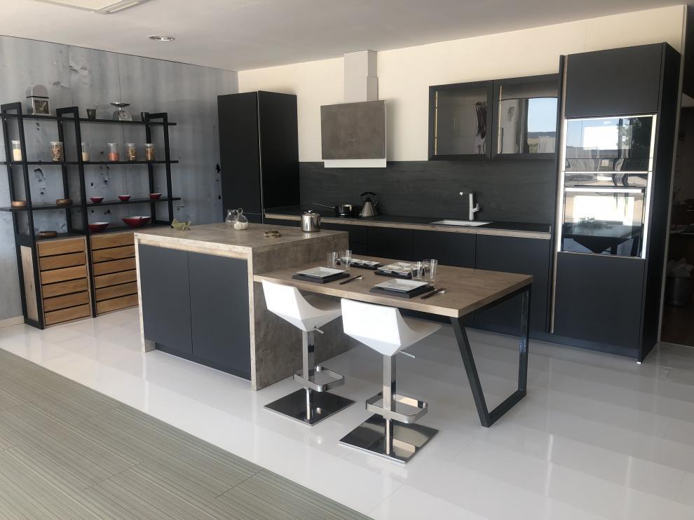 Cocina de diseño vanguardista que se encuentra expuesta en las instalaciones de Ama Cocinas.