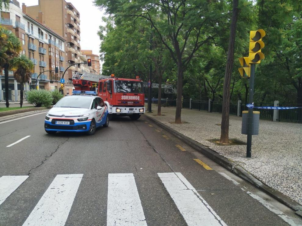 El árbol dañado por la lluvia se encontraba en la calle Asalto con Heroísmo.