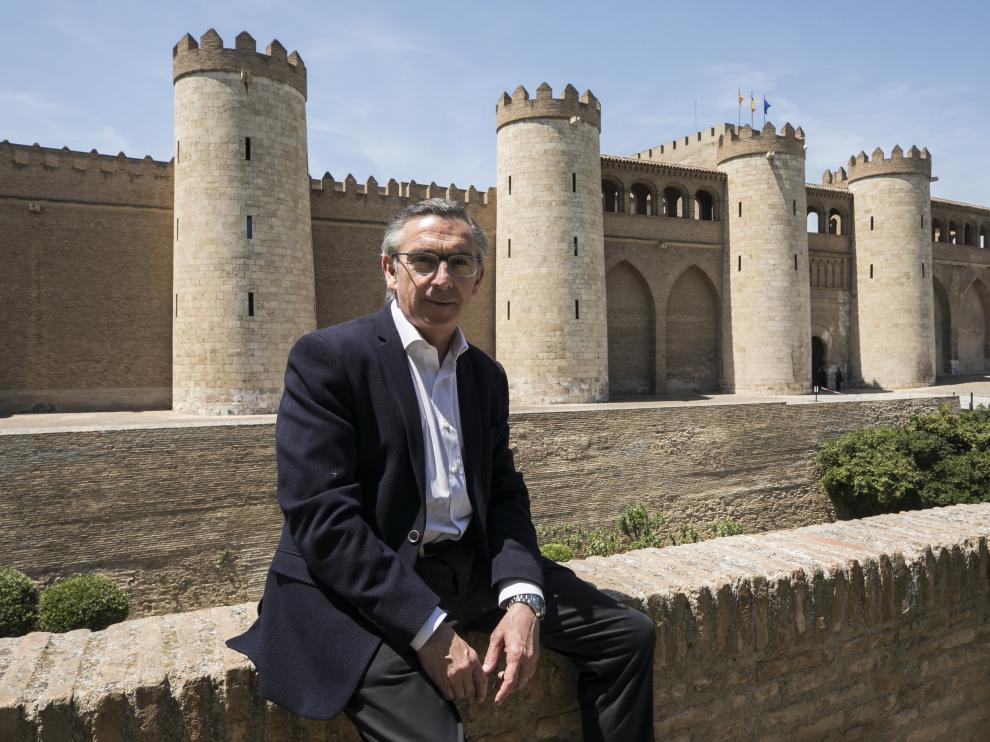El candidato del PP, Luis María Beamonte, eligió fotografiarse en el exterior del palacio de la Aljafería, sede de las Cortes.