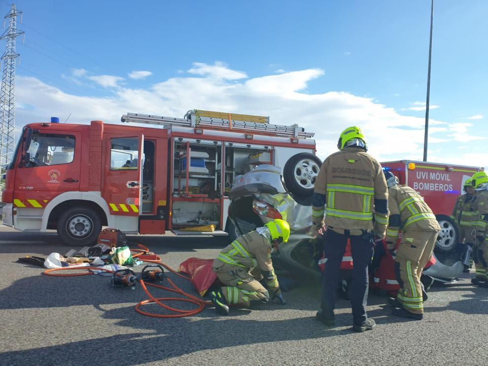 Los Bomberos trabajan en el lugar del accidente.