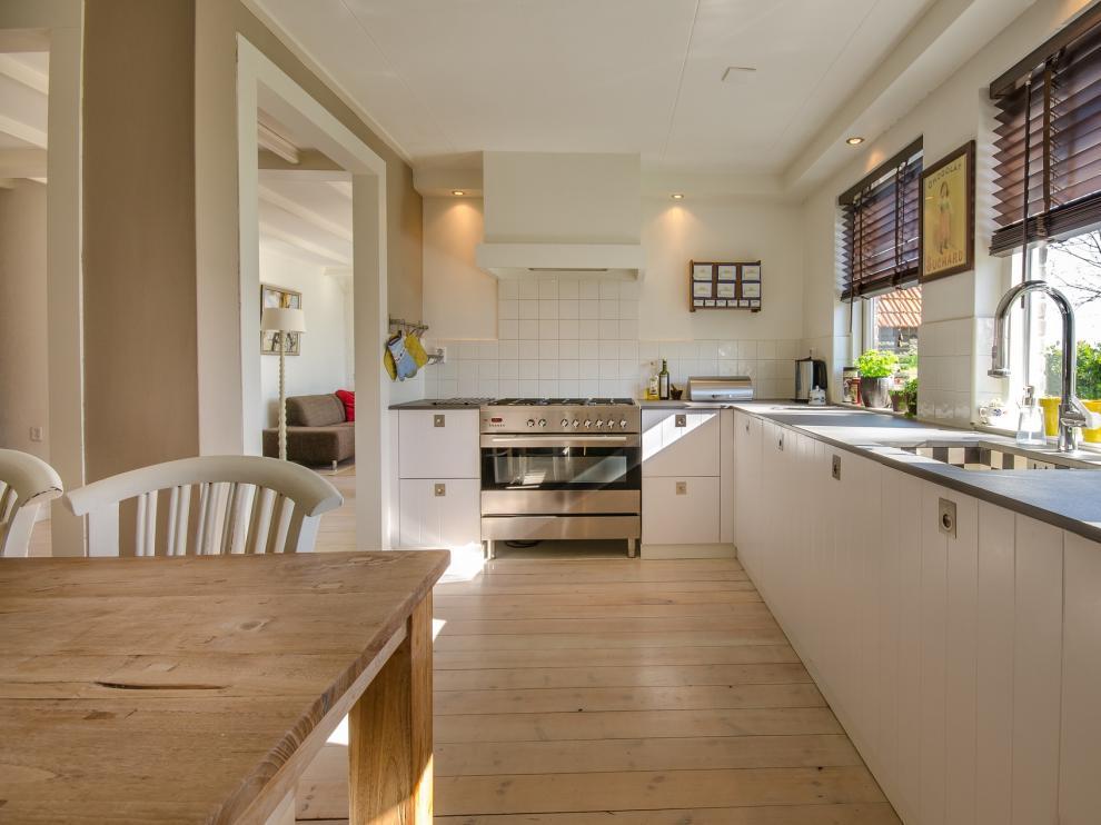 A la hora de diseñar una cocina, hay elementos imprescindibles como los cajones, los armarios, las estanterías o la campana de extracción de humos