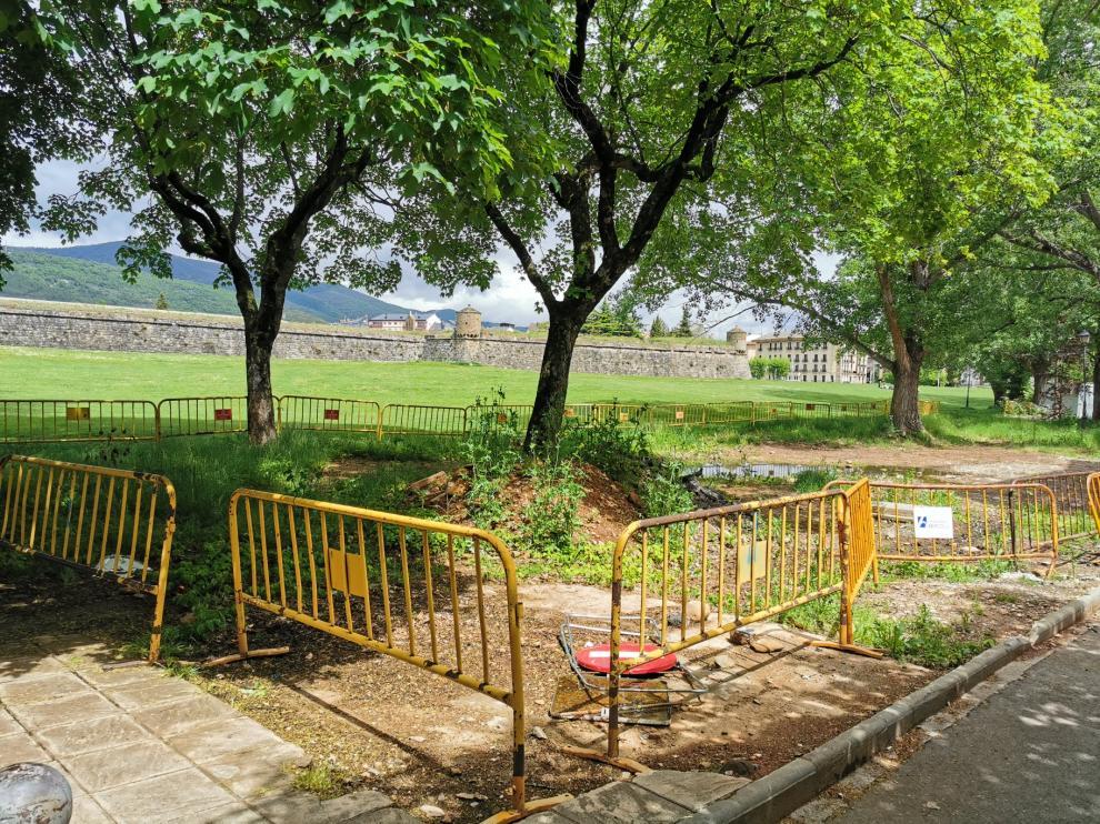 Las obras junto a la Ciudadela llevan un año paralizadas y la zona está vallada.