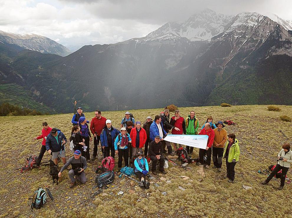 El grupo en la Peña del Cuezo, fotografiado con un dron.