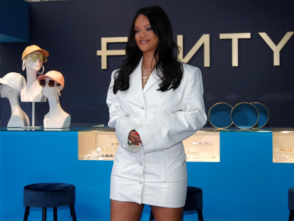 Pop superstar Rihanna poses in a pop-up store to present her first collection with LVMH for the new label, Fenty, which includes ready-to-wear and accessories, such as shoes, sunglasses and jewellery, Paris, France May 22, 2019. Picture taken May 22, 2019.    REUTERS/Charles Platiau [[[REUTERS VOCENTO]]] FRANCE-FASHION/RIHANNA