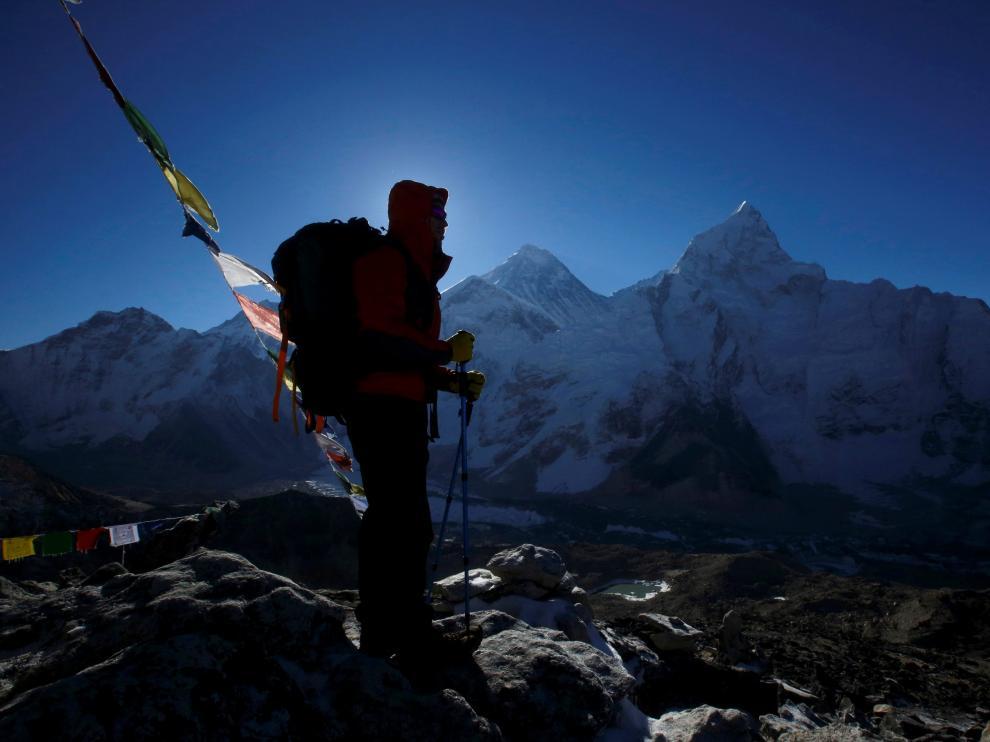 Un alpinista contempla el Monte Everest, a 8.850 metros de altura.