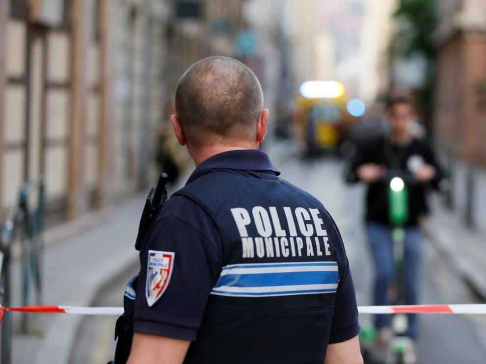 Un policía de Lyon patrulla las calles tras la explosión registrada en el centro de la ciudad.