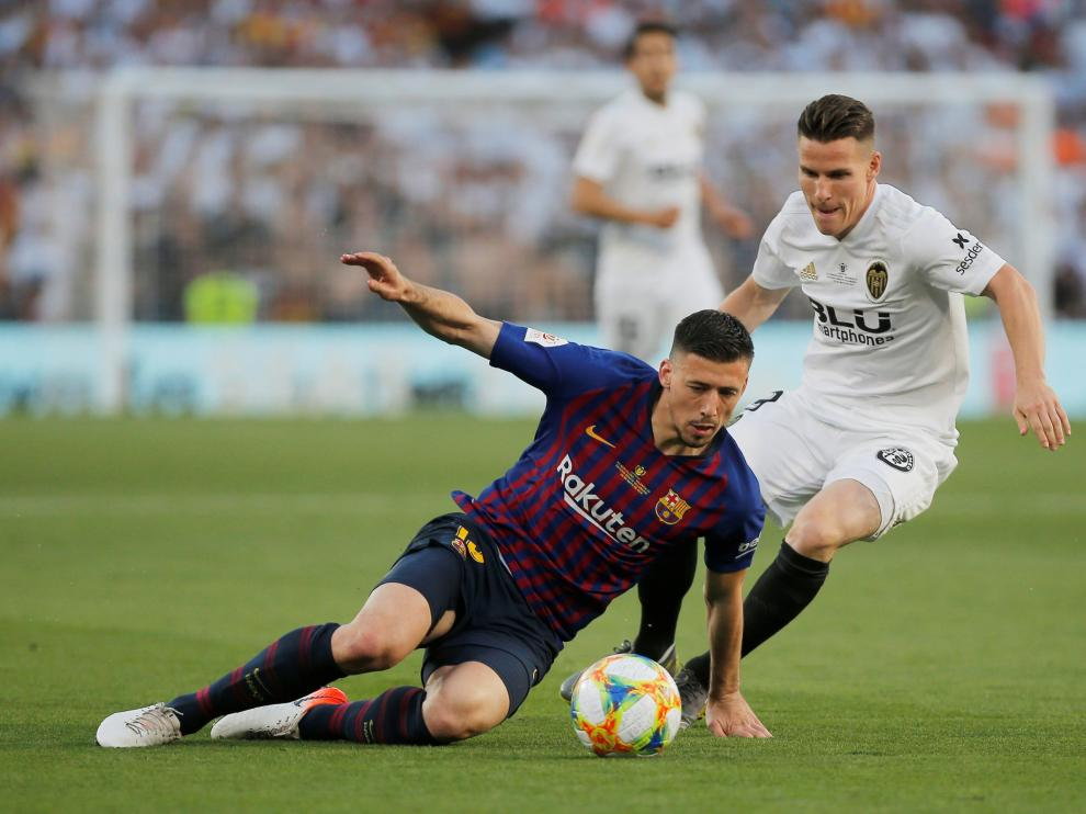 Soccer Football - Copa del Rey - Final - FC Barcelona v Valencia - Estadio Benito Villamarin, Seville, Spain - May 25, 2019 Barcelona's Clement Lenglet in action with Valencia's Kevin Gameiro REUTERS/Marcelo del Pozo [[[REUTERS VOCENTO]]] SOCCER-SPAIN-FCB-VAL/