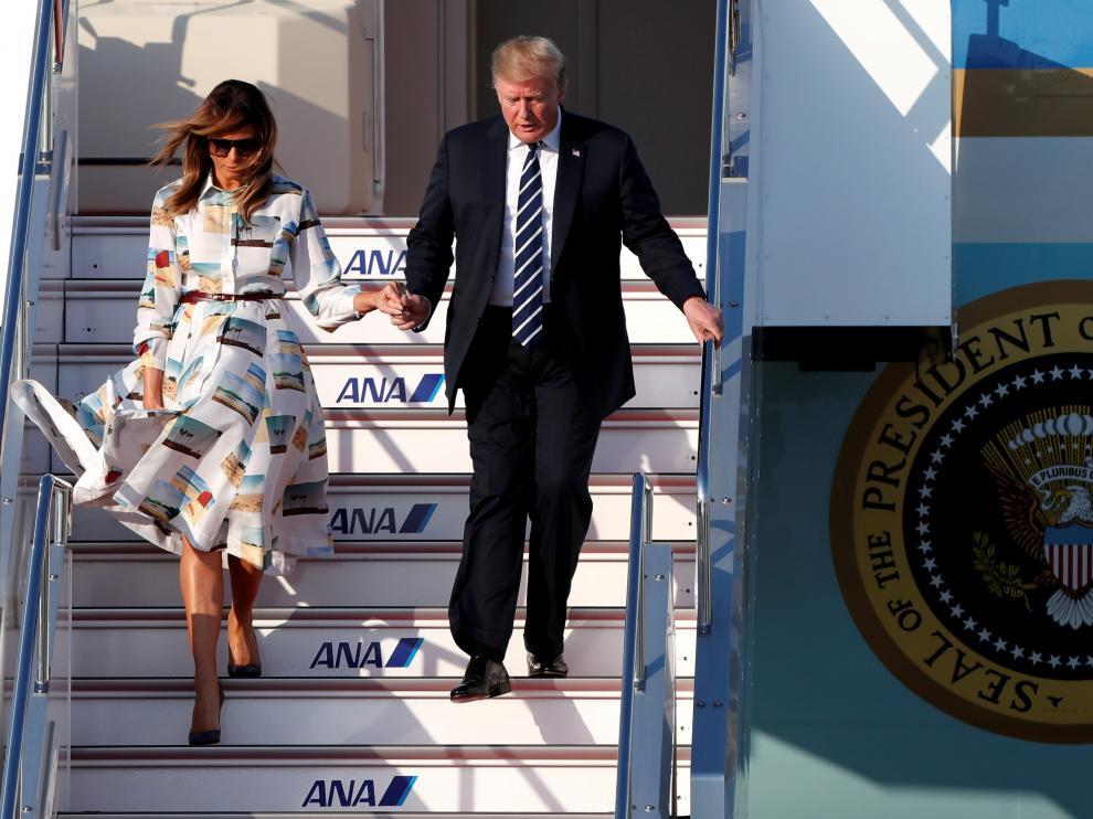 Donald Trump y Melania Trump en su llegada a Japón.