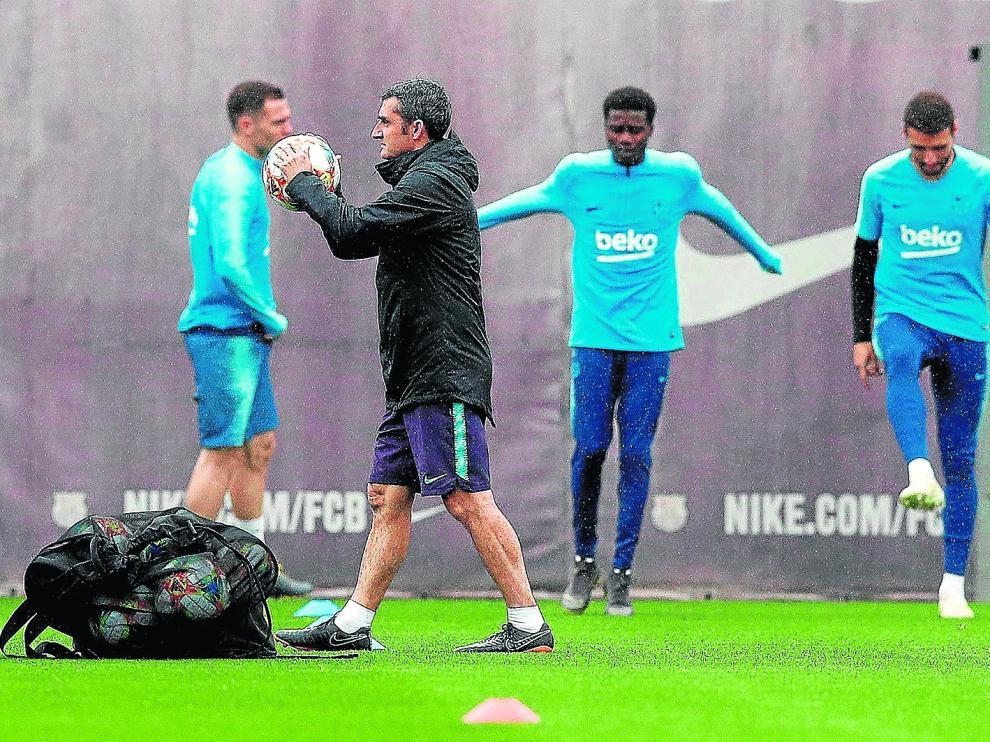 Ernesto Valverde, técnico del Barcelona, durante el entrenamiento de ayer del conjunto azulgrana.