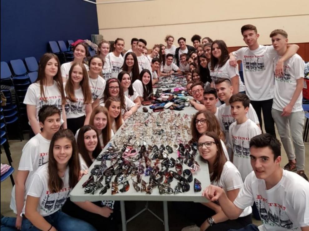 Los jóvenes participantes recogieron en Pina de Ebro móviles y gafas usadas.