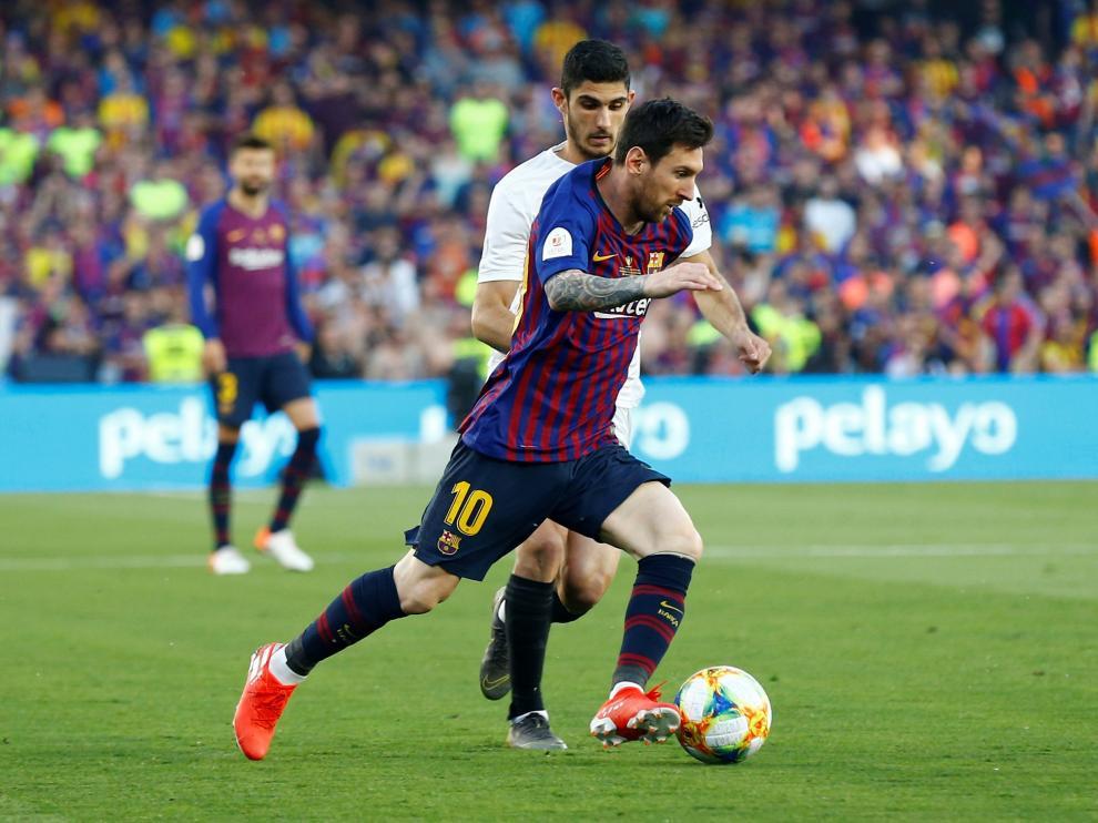 Messi y Guedes durante la final de Copa del Rey entre el Barcelona y el Valencia.