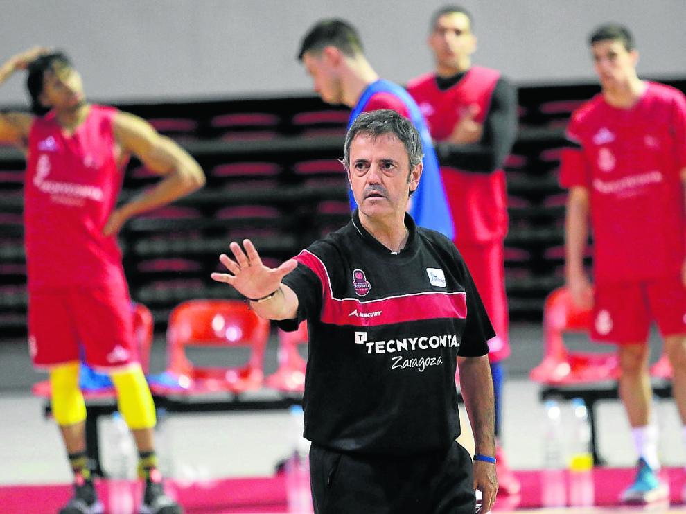 El entrenador del Tecnyconta, Porfirio Fisac, en el pabellón Príncipe Felipe.