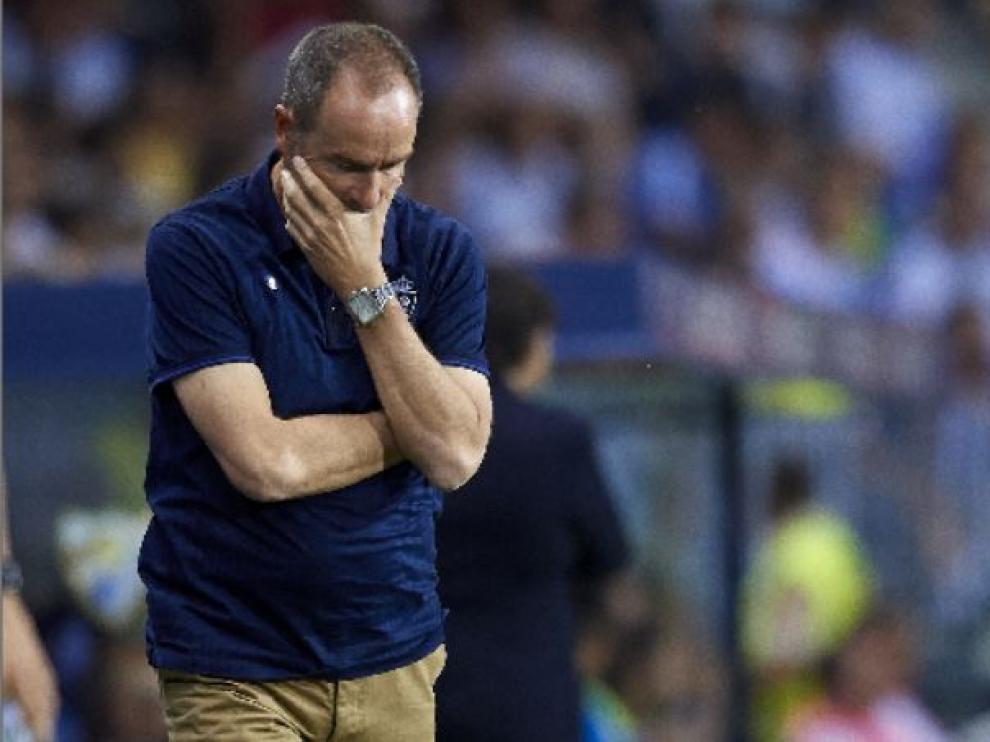 Víctor Fernández, en un gesto que no necesita explicaciones, en el partido de este viernes en Málaga durante la segunda parte.