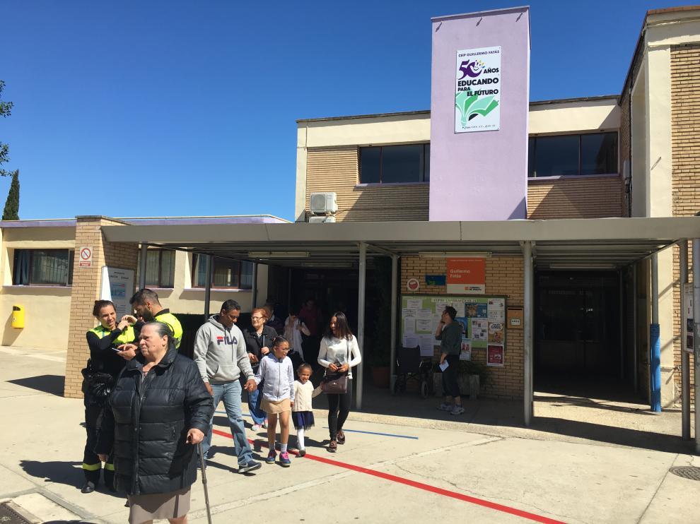 Cientos de habitantes de Santa Isabel han votado este domingo en el colegio Guillermo Fatás.