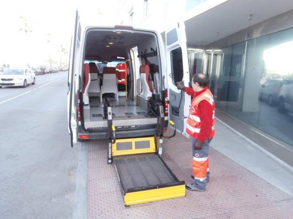 Voluntarios de Cruz Roja acompañan a votar a quien lo necesita.