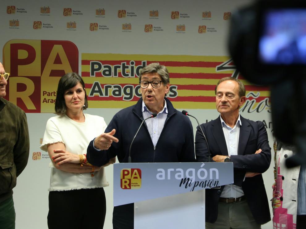 Arturo Aliaga, en el centro, comparece en la noche electoral junto a Elena Allué, a la izquierda.
