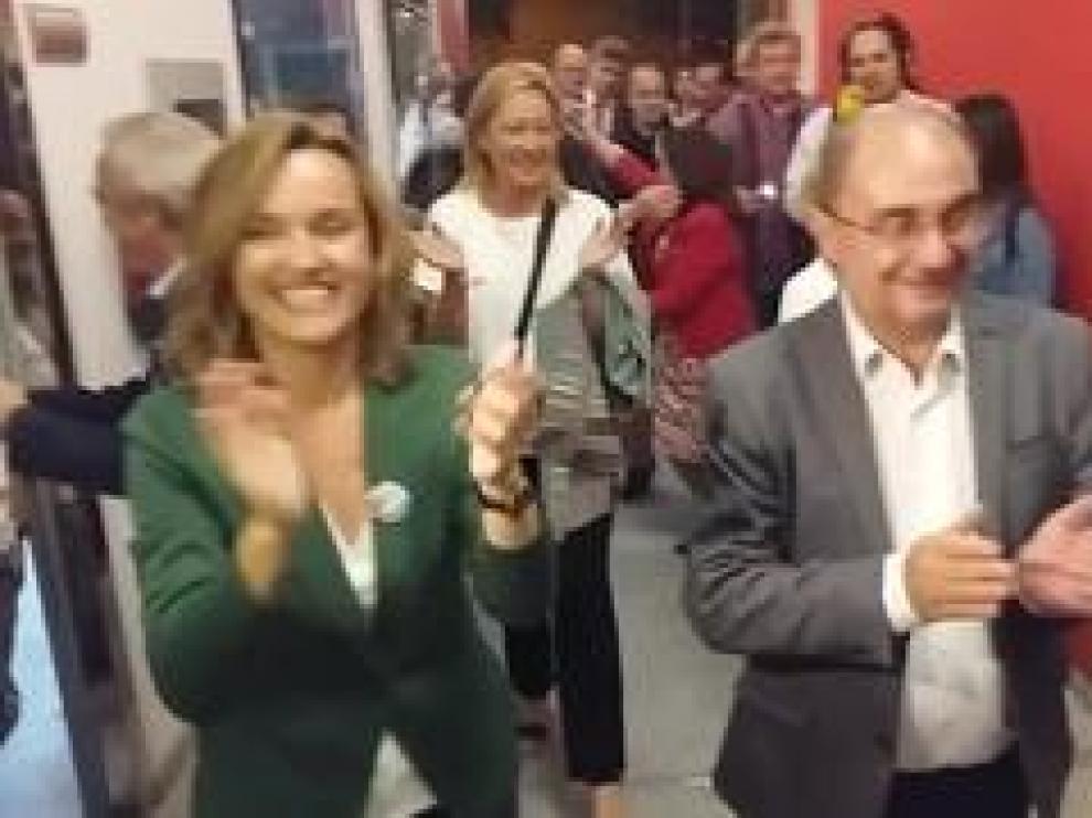El candidato del PSOE al Gobierno de Aaagón, Javier Lambán, y la candidata a la alcaldía de Zaragoza, Pilar Alegría, han llegado este domingo a la sede del PSOE donde han sido recibidos por sus simpatizantes entre aplausos y gritos de 'presidente' y 'alcaldesa'.