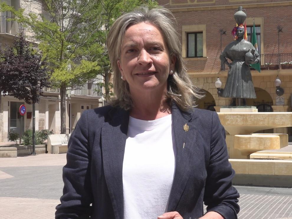 Tras el respaldo obtenido, Carmen Costa posa sonriente junto a la imagen de la Fragatina
