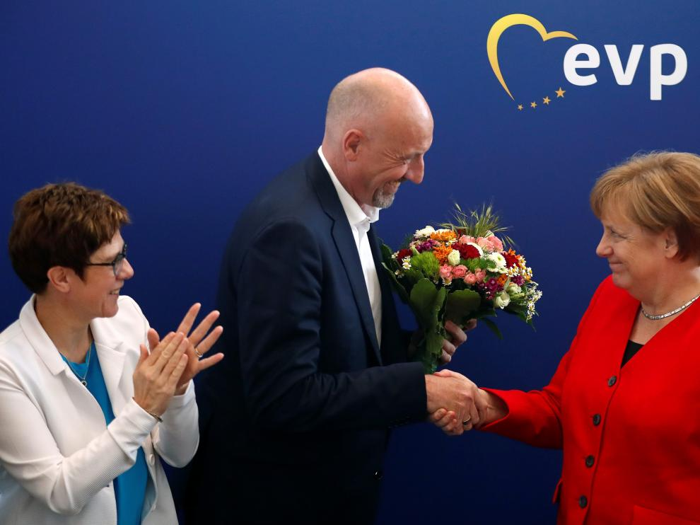 German Chancellor Angela Merkel and Annegret Kramp-Karrenbauer, Chairwoman of Germany's Christian Democratic Union party (CDU) congratulate Carsten Meyer-Heder, CDU top candidate for the German city-state of Bremen parliamentary elections, at a party board meeting in Berlin, Germany, May 27, 2019. REUTERS/Hannibal Hanschke [[[REUTERS VOCENTO]]] EU-ELECTION/GERMANY-CDU