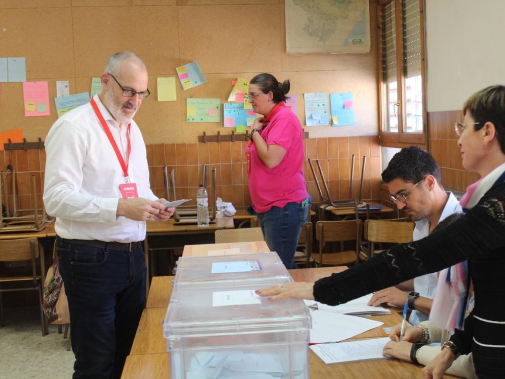 El socialista Burell, votando en Monzón