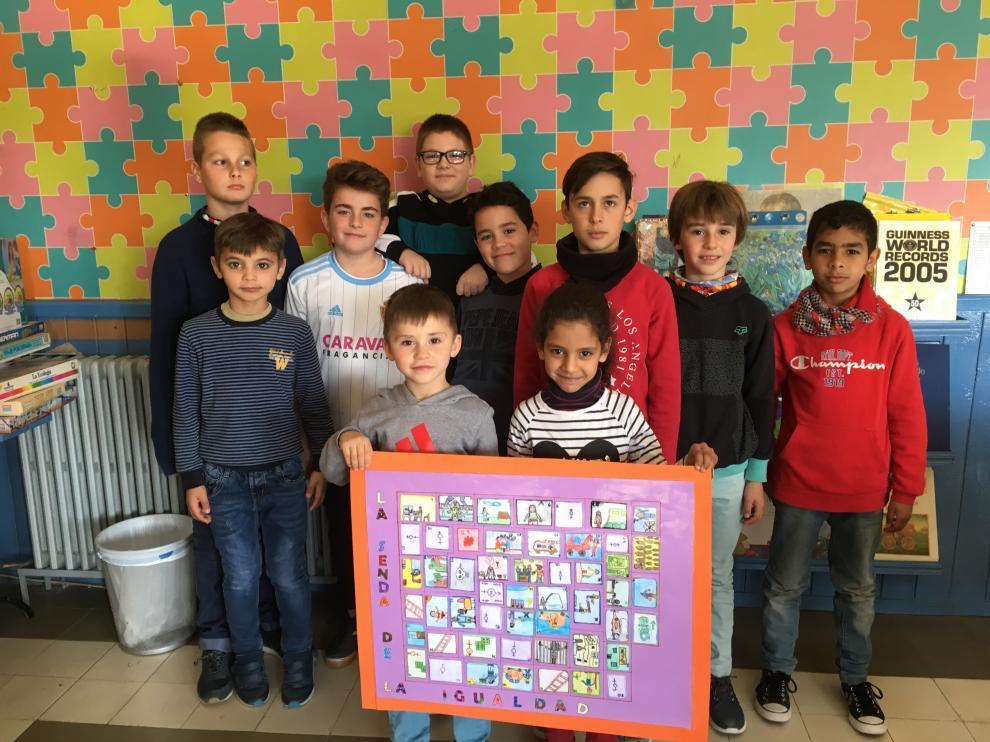 El equipo de escolares que ha diseñado 'La senda de la igualdad ' muestra el tablero de juego