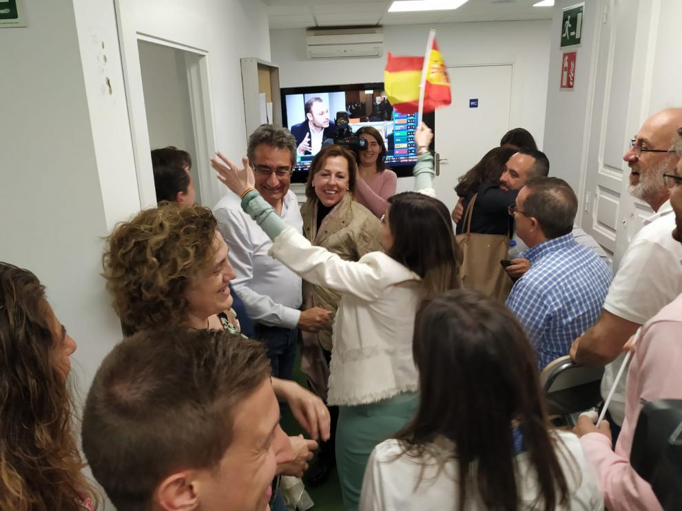 El nuevo concejal de Vox en el Ayuntamiento de Zaragoza, Julio Calvo, felicitado por una simpatizante en la sede del partido en la capital aragonesa.