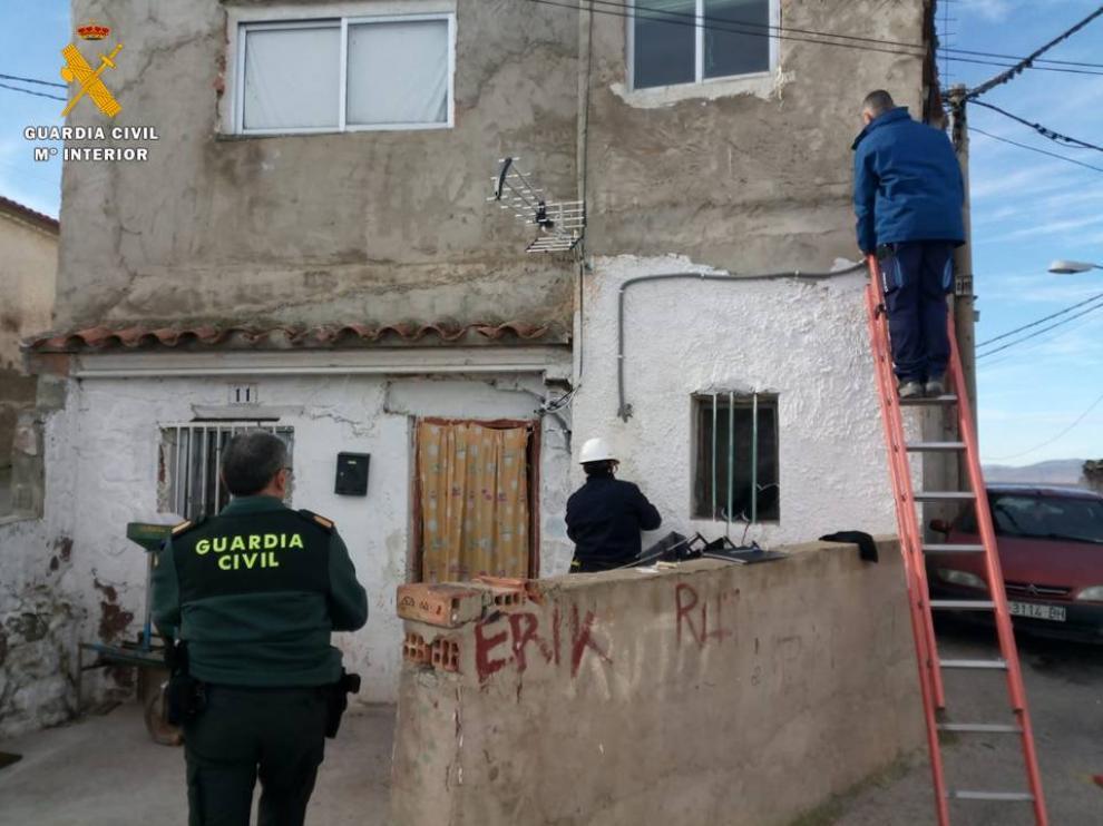 La Guardia Civil inspecciona una vivienda que robaba fluido eléctrico del alumbrado público en Épila.