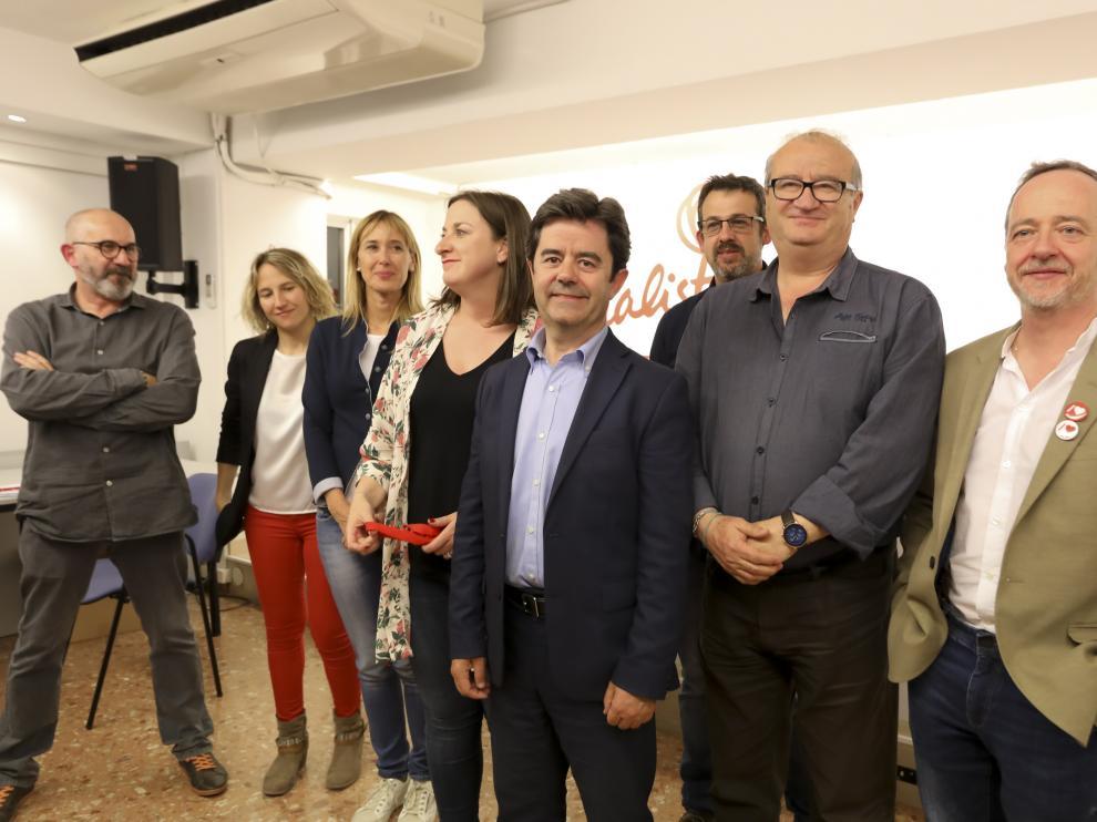 Luis Felipe, con miembros de su candidatura, poco después de conocer unos resultados que no le garantizan gobernar.