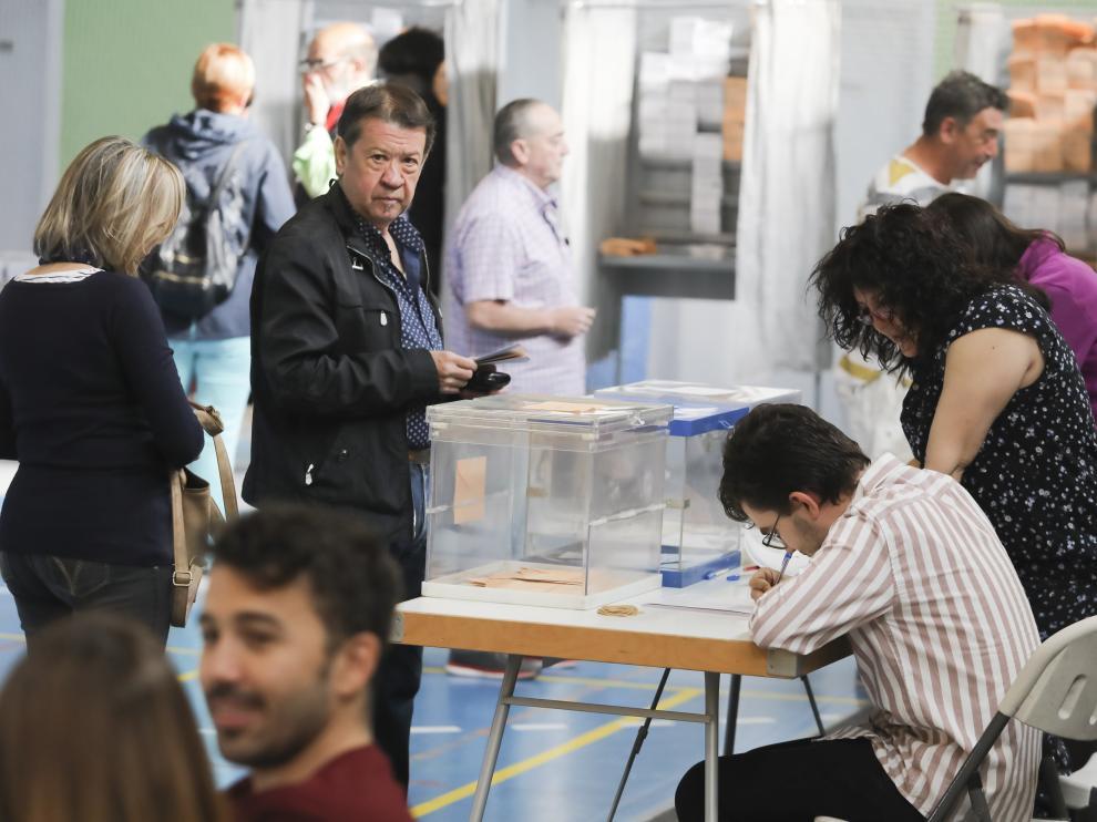 Mesa electoral en el colegio Sancho Ramírez de Huesca