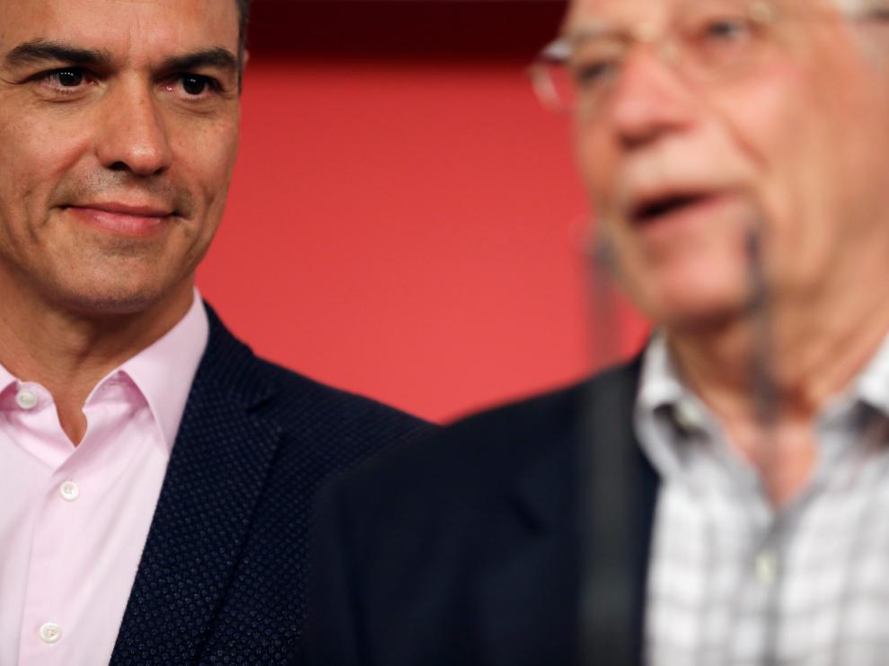 Pedro Sánchez y Josep Borrell en la sede del PSOE en Madrid
