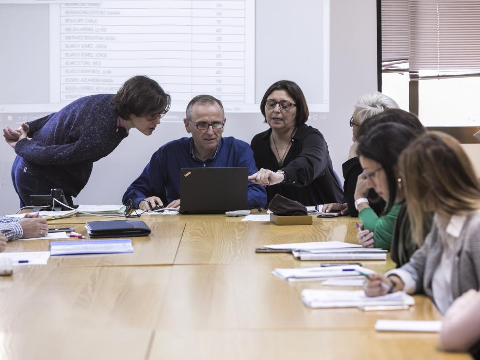Sorteo celebrado en el Servicio Provincial de Educación de Zaragoza el pasado 8 de abril.