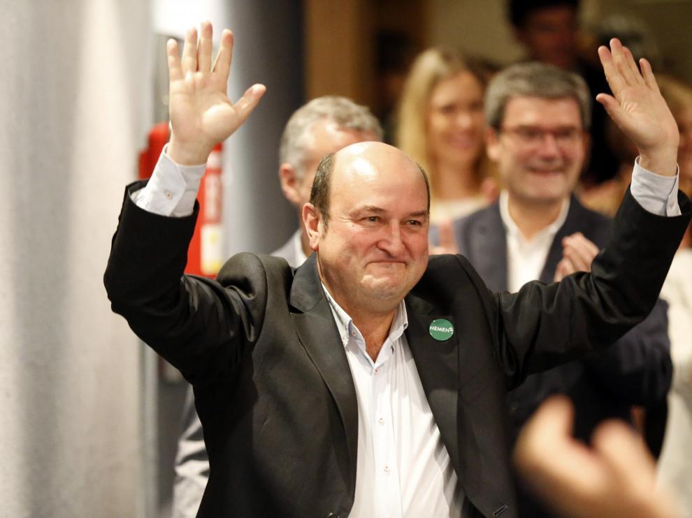 GRAFCAV4777. BILBAO, 27/05/2019.- El presidente del PNV Andoni Ortuzar celebra los resultados obtenidos en la elecciones del 26/M esta noche en la sede social del PNV, en Bilbao. EFE/Luis Tejido. Valoraciones noche electoral PNV