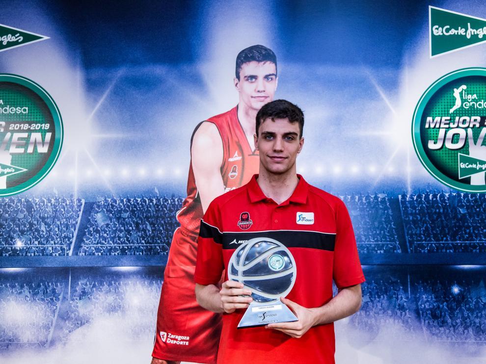 Carlos Alocén, con el galardón que le acredita como mejor joven de la Liga Endesa.