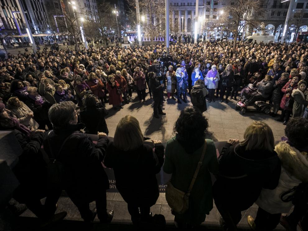 Concentración en la plaza de España de Zaragoza contra el asesinato machista de una abogada.