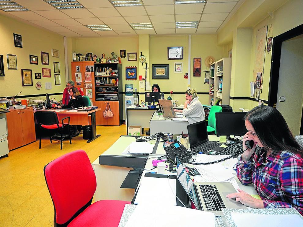 El equipo humano de la Fundación Bodas de Isabel de Segura, trabajando ayer en las oficinas