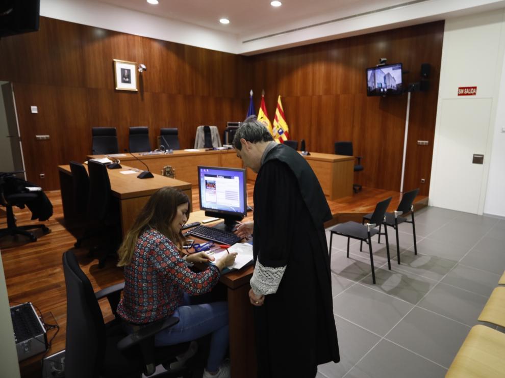 El letrado de la Administración de Justicia de la Sección Primera, en la sala de vistas de la Audiencia tras ser suspendido el juicio.