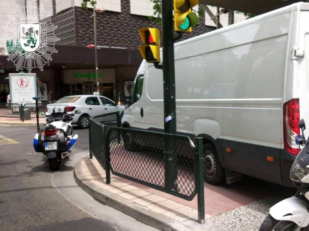 La furgoneta aparcada sobre la acera en el Paseo de Sagasta.