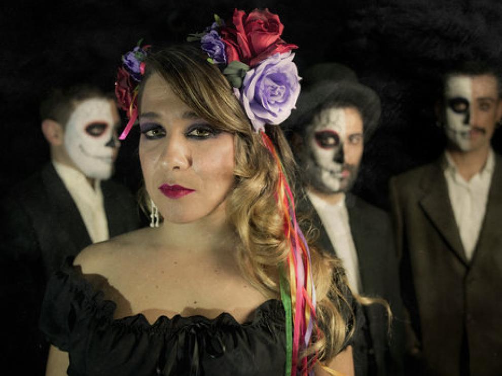 Viki Lafuente, junto a parte del equipo de 'Frida Kahlo: viva la vida'.