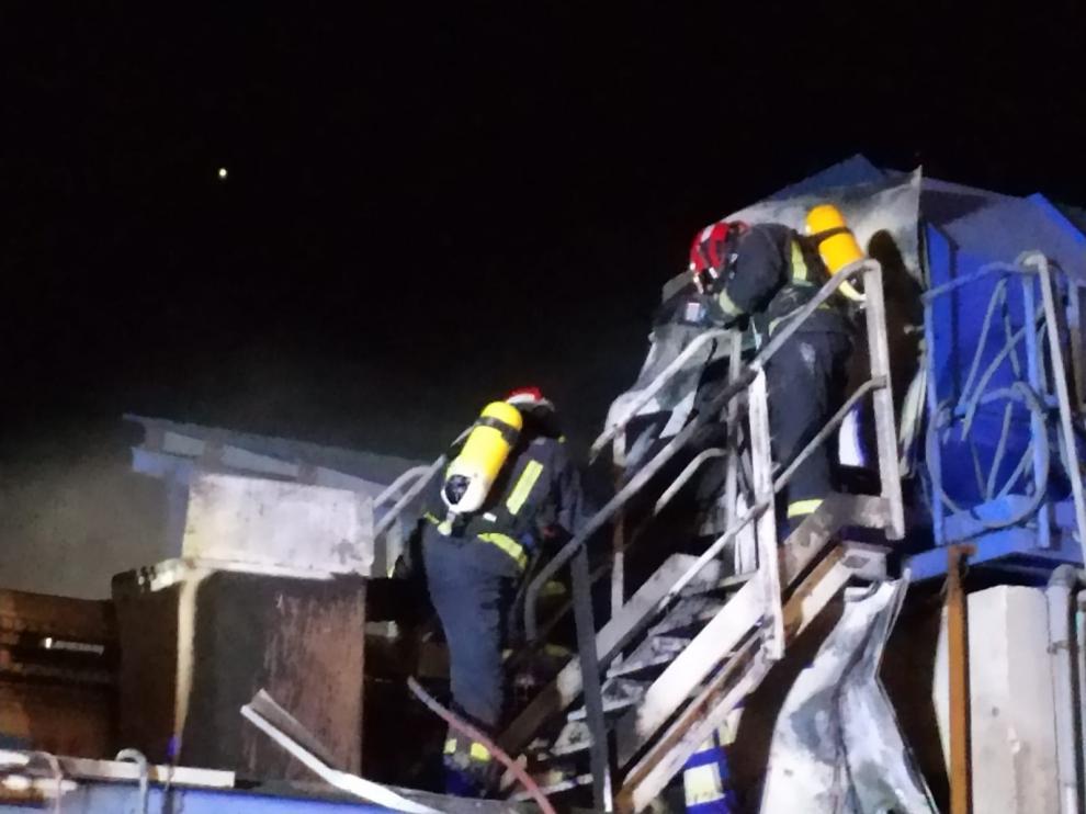 El fuego se ha originado esta madrugada. Los Bomberos de la DPT lo han extinguido sin que haya que lamentar daños personales.